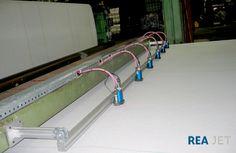 Foto: REA JET - 16-Düsen Großschrift Tintenstrahldrucker - alphanumerische Bedruckung von Teppichrücken mit Produktinformationen und Hinweis auf die Verlegerichtung