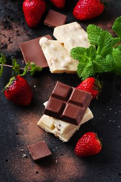 Chocolate with mint and strawberry, selective focus Chocolate World, Chocolate Sweets, Chocolate Shop, Chocolate Strawberries, Chocolate Coffee, Chocolate Lovers, Glace Fruit, Chocolate Delight, Chocolate Packaging