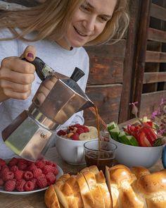 SUNDAY VIBES 🌞☕️ Wir starten mit einem gemütlichen Brunch in den Tag. Was sind eure Pläne für heute? Später gibts ein neues Rezept @mrsflury auf meinem Blog für euch 💛🌞 Geniesst den Sonntag! Alles Liebe Eure Doris . . . #sunday #brunch #goodvibes #coffee #bialetti #coffeelover #goodmorning #gesunderezepte #eatgood #schweiz #alp #eatgoodfood #mrsflury Bialetti, Brunch, Blog, Instagram, Vegetarian Recipes, Healthy Recipes, Family Friendly Recipes, New Recipes, Sunday