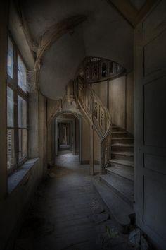 abandoned mansion. gorgeous.