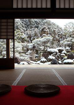 Snow garden at Myoman-ji temple, Kyoto, Japan 妙満寺 京都