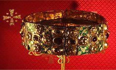 De ijzeren kroon van Lombardije is terzelfder tijd één van de oudste godsdienstige relikwieën en één van de oudste Koninklijke symbolen. Het werd het symbool van de Lombarden en later van middeleeuws Italië. Het wordt zorgvuldig bewaard in de kathedraal van Monza dichtbij Milaan. De ijzeren kroon zou gemaakt zijn met de gesmolten nagels die gebruikt werden bij de kruisiging van Jezus. De buitenkant van de kroon is van puur goud versierd met edelstenen. De kroon is samengesteld uit zes…