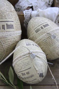 newspaper eggs for Easter Hoppy Easter, Easter Bunny, Easter Eggs, Spring Crafts, Holiday Crafts, Diy Ostern, Easter Holidays, Egg Decorating, Vintage Easter