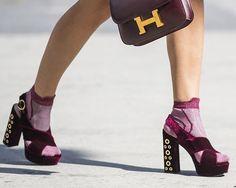 Os sapatos de veludo são uma tendência na moda de rua (Foto: Imaxtree)    Pode não ser inverno (ainda), mas o veludo segue como um dos tecidos preferidos das fashionistas. Não só nas roupas, as peças aveludadas também aparecem com frequência nos sapatos, tornando os acessórios mais fashion e chamativos.  As botas de veludo, principalmente de cano alto, continuam sendo maioria no mercado, mas já existem opções das mais variadas, que podem ser adaptadas para qualquer ocasião. Sandálias…