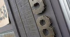 Wanneer mensen bij ons op bezoek komen dan zien ze vaak het huisnummer als eerste. Hoe leuk is het om dan niet zo'n standaard huisnummerbord te hebben maar iets speciaals? Wij hebben tien leuke ideetjes op een rijtje gezet!