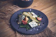 Салат из морского гребешка - морской гребешок (обжарить), груша (тонкими пластинками), мягкий сыр (можно с зеленью), руккола, оливковое масло, лимонный сок, соль, кедровые орешки