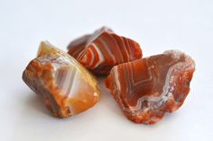 Let us introduce you to one of the most beautiful stones used in interiors. Learn how to recognize rough agate. Minerals And Gemstones, Crystals Minerals, Rocks And Minerals, Stones And Crystals, Gem Stones, Beach Stones, Raw Gemstones, Rock Tumbling, Lake Superior Agates