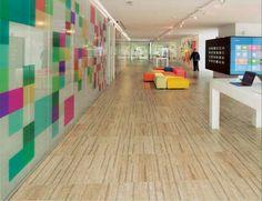 Microsoft Büro, Lissabon Portugal. Als eines der erfolgreichsten Unternehmen versucht Microsoft die Arbeitsplätze seiner Angestellten zu optimieren und so die Produktivität zu steigern. Für die Büros in Portugal kam daher nur Kork in Frage. Der Boden sorgt dafür, dass man einen angenehmen Gehkomfort hat. Ebenfalls ist er gut für die Gelenke. Quelle: Amorim #Kork
