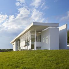 Richard Meier models all-white Oxfordshire residence on English manor houses Richard Meier, Richard Neutra, Famous Architecture, Futuristic Architecture, Facade Architecture, Chinese Architecture, Landscape Architecture, Arch House, Great Buildings And Structures