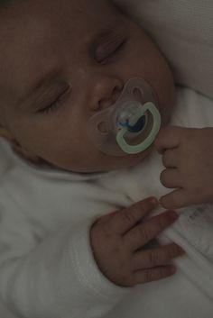 Chupetes Night & Day para bebés de 0 a 6 meses con tetinas anatómicas de silicona y anillas luminiscente sque brillan en la oscuridad.