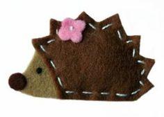 Cute hedgehog for Dig into READING summer program. Felt Diy, Felt Crafts, Fabric Crafts, Sewing Crafts, Sewing Projects, Felt Christmas Ornaments, Christmas Crafts, Hedgehog Craft, Felt Decorations