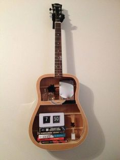 A Guitar-Shelf! What a good Idea when your guitar is close to die Guitar Shelf, Guitar Display, Guitar Hanger, Upcycled Furniture, Furniture Projects, Home Projects, Cool Furniture, Music Furniture, Diy Upcycling