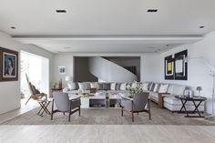 Bernardes Arquitetura Higienópolis/SP (poltronas de Finn Juhl em primeiro plano, além de um raro exemplar da cadeira em forma de harpa de Jorgen Hovelskov junto à varanda – a tela abstrata à dir. é de Amílcar de Castro)