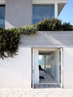 Headland House House by Madeleine Blanchfield Architects Photography by Anson Smart Australian Architecture, Australian Homes, Mcm House, Entry Stairs, My Ideal Home, Outdoor Spaces, Outdoor Decor, Modern Coastal, House On A Hill