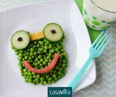 Criatividade para encantar os pequenos. Ervilhas, tomate, pepino e uvas passas. A hora das refeições fica muito mais legal!
