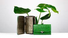 FORINT (PR3) schafft im Inneren Ordnung. SHILLING ist sicher in der Handhabung. Warum? Das Leiterschloss ist risikolos und schnell. In unterschiedlichen Oberflächen bedienen sie verschiedene Vorlieben. Unaufdringlich und doch auffällig. Suitcase, Purses, Wallet, Waiting Staff, Leather, Handbags, Purse, Bags, Briefcase
