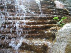 Gros plans sur la grosse roche travaillée nous ayant permis de réaliser une cascade minutieuse et avec de multiples niveaux. #Landscaping #waterfall