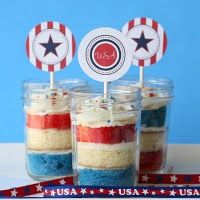 fourth of July cupcakes in a jar. could be fun to do for a baby shower or other party too! 4th Of July Cake, 4th Of July Party, Fourth Of July, Usa Party, Patriotic Desserts, 4th Of July Desserts, Patriotic Cupcakes, Holiday Cupcakes, Baby Food Recipes