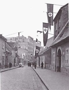 Vysoká ulica - rok 1940 Bratislava, Ww2 Photos, Old City, Arch, Street View, World, Travel, Planets, Pictures