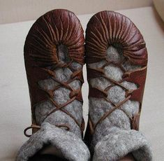 TUTORIAL for making leather ghillies, viking shoes, or whatever they're called Viking Shoes, Viking Clothing, Diy Clothing, Art Du Cuir, Vikings, Diy Fashion, Fashion Shoes, Fashion Vintage, Fashion News