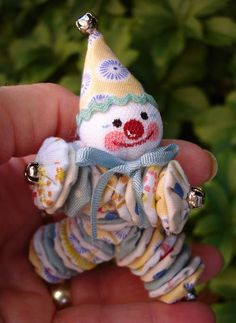 A tiny yo-yo clown.E just got a tiny yoyo maker :) Sewing Toys, Sewing Crafts, Sewing Projects, Doll Patterns, Sewing Patterns, Crochet Patterns, Softies, Crafts To Make, Arts And Crafts