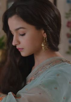 so beuti Aaliya In Razzi move. Beautiful Bollywood Actress, Beautiful Indian Actress, Beautiful Actresses, Bollywood Actors, Bollywood Celebrities, Bollywood Fashion, Alia Bhatt Saree, Alia Bhatt Photoshoot, Aalia Bhatt