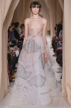 Valentino Official Website - Discover the Valentino Women Haute Couture Spring Summer 2015 Collection. Watch the Fashion Show, Accessories and much more. Style Haute Couture, Couture Fashion, Runway Fashion, Fashion Trends, Look Fashion, Fashion Show, Fashion Design, Spring Fashion, Valentino Dress
