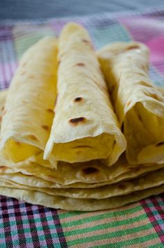 Basic Homemade Flour Tortillas Recipe Breads with white flour, olive oil, cold water, salt, flour Healthy Tortilla, Tortilla Recipe, Tortilla Bread, Mexican Food Recipes, Vegetarian Recipes, Cooking Recipes, Healthy Recipes, Mexican Entrees, Skillet Recipes