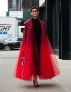 Street style at New York Fashion Week Spring - Fashion design Look Fashion, Trendy Fashion, Runway Fashion, Spring Fashion, Womens Fashion, Fashion Trends, Fashion Design, Couture Fashion, Red Fashion Outfits