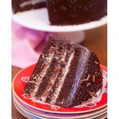 A união de chocolate e Prestígio resulta em um bolo molhadinho e super saboroso. Quem ensina é o canal Daniele Noce.