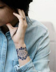 Idée tatouage : une manchette en dentelle. J'aime beaucoup l'idée, et le mélange dentelle-fleur en deux tons.