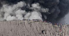 12.jul.2016 - Centenas de pessoas foram até a borda externa da cratera do vulcão Bromo, que entrou em erupção próximo à cidade de Probolinggo, na Indonésia Imagem: Ari Bowo Sucipto/Antara Foto/Reuters