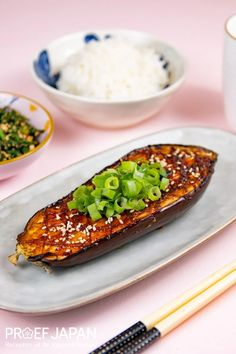 Recept: Aubergine met misoglazuur (nasu dengaku) | Proef Japan Nasu, Kimchi, Avocado Toast, Foodies, Veggies, Food Japan, Breakfast, Diners, Eggplant