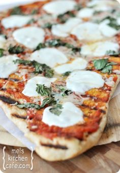 Grilled Pizza {How To} for your next summer barbecue! #southern #summer #barbecues #grill #picnics