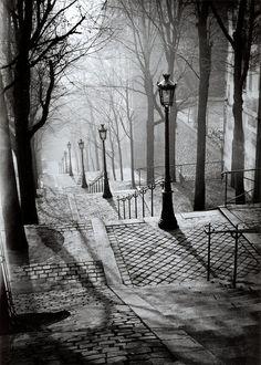 """Les Escaliers de Montmartre - Paris. """"La noche sugiere, no enseña. La noche nos encuentra y nos sorprende por su extrañeza, ella libera en nosotros las fuerzas que, durante el día, son dominadas por la razón."""" -Brassaï.... pinned by Liberhada ♥"""