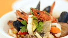 Zuppa di pesce con gamberi, branzino, orata, calamari, cozze e frutti di mare http://winedharma.com/it/dharmag/dicembre-2013/come-preparare-una-zuppa-di-pesce-perfetta-il-cenone-di-natale