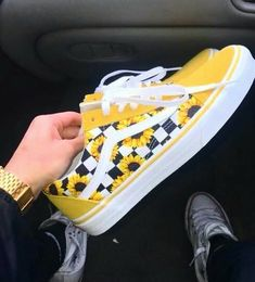 3 simple and ridiculous tips: shoes booties christmas gifts narrow shoes storage. Vans Customisées, Tenis Vans, Vans Sneakers, Sneakers Workout, Converse Shoes, Vans Socks, Adidas Shoes, Yellow Vans, Yellow Shoes