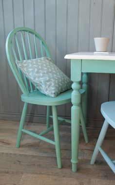 Paint plain wood thrift store chairs with Annie Sloan Chalk Paint Distressed Furniture, Recycled Furniture, Refurbished Furniture, Furniture Makeover, Diy Furniture, Annie Sloan Chalk Paint Louis Blue, Shabby Vintage, Mint Green Kitchen, Table And Chairs