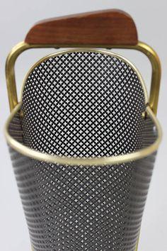 Mid Century Schirmständer, Regenschirmhalter 50er 60er Jahre, Lochblech schwarz gold, Umbrella Stand, Rockabilly  Wunderbarer Schirmständer aus vergangenen Zeiten.  Der Ständerkorb besteht aus einem schwarz lackierten Lochmetall, welcher sich in einem Messinggestell befindet. Der Fuß ist aus Gusseisen über welchem sich eine Messingschale befindet. Sehr stabil Der Ständer ist in einem dem Alter entsprechenden guten Vintagezustand. Das Messinggestell weist eine gewisse Patina auf (s. Fotos)…
