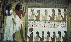 Der Grabherr Sennedjem steht mit seiner Frau Iyneferti anbetend für 13 Götter Ägyptens. Die obere Reihe mit fünf namenlosen Göttern führt der Gott Osiris an, erkennbar an der grünen Farbe seines Gesichts (weist auf seinen Status als Fruchtbarkeitsgott hin) und an der Atef-Krone mit den zwei Federn an den Seiten. In der unteren Reihe sitzt der falkenköpfige Gott Re-Harachte vor sechs Göttern, deren Namen ebenfalls nicht genannt werden. Die namenlosen Götter sind wahrscheinlich Götter des…