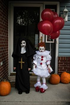 We all float down here 🎈 Pennywise Costume For Kids, Scary Kids Halloween Costumes, Creepy Doll Costume, Halloween Captions, Baby Girl Halloween, Halloween Costumes For Girls, Diy Halloween Decorations, It Costume, Halloween Parejas