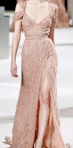 Ten rengi kol detaylı önden yırtmalı simli elbise