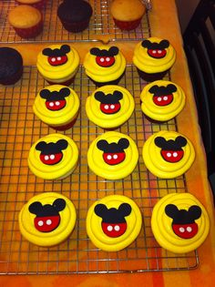 Mickey Mouse cupcakes ~ Mickey fondant cupcake toppers. Cupcakes by: Bella Baby Cakes