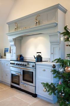 Without a chimney breast a focal point was made out of units to house the traditional stainless steel cooker. #kitchencookers #kitchens #traditionalkitchens #kitcheninglenook