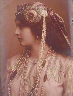 1904年、ドイツ、ベルリンで撮影されたアール・ヌーヴォー様式のヘッドドレスを着けた少女。 ダンサーや女優にオリエンタルな衣装着せて撮影されることがよくあった。 biogravureという独特の撮影法が使われている。 pic.twitter.com/Pxz8veL1fe
