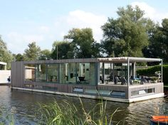 House boat that is available to rent in Amsterdam. Moderne woonboot dichtbij Amsterdam in Loenen Tiny House Movement, Floating Architecture, Modern Architecture, Utrecht, Houseboat Living, Home Exchange, Water House, Floating House, Bungalow