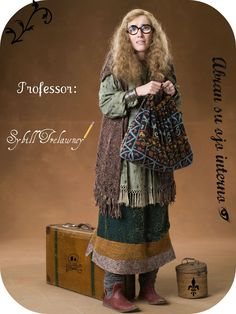 "Emma Thompson as Professor Sibyll Trelawney from ""Harry Potter and the Order of the Phoenix"" Harry Potter Professoren, Cosplay Harry Potter, Mundo Harry Potter, Harry Potter Outfits, Harry Potter Birthday, Harry Potter Characters, Harry Potter Costumes, Hermione Granger Costume, Harry Potter Kleidung"