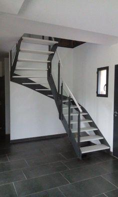 Escalier métallique et marches en bois de la gamme NEW-YORK by Escaliers Oéba. Escalier intérieur demi tour avec limons droits à la française en métal thermolaqué gris et marches en bois blanchi. Garde-corps en métal et verre très design. Cet escalier design en métal s'adapte à toutes les décorations modernes et contemporaines. Design staircase - Inspiration steel stairs -