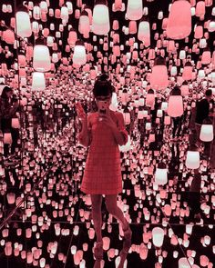 Raise your hand if you'd like to walk through the Lantern Room at Team Lab Borderless, a digital museum, in Tokyo? 🇯🇵 Photo by… Los Angeles Travel Guide, Tokyo Museum, Interactive Museum, New England Fall, Artsy Photos, Artistic Installation, Digital Museum, Face Photography, Visit Japan