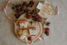 Szatén szalagos masnival díszített, virág mintás, dobozos esküvői meghívó. A tetőt levéve szétnyílik a dobozka és belül olvasható a meghívó szövege #dobozosmeghívó #esküvőimeghívó #meghívó #kreatívcsiga #weddinginvitation #wedding #invitation #vintagewedding #vintage #flowers #virágosmeghívó Burlap, Reusable Tote Bags, Vintage, Hessian Fabric, Vintage Comics, Jute, Canvas